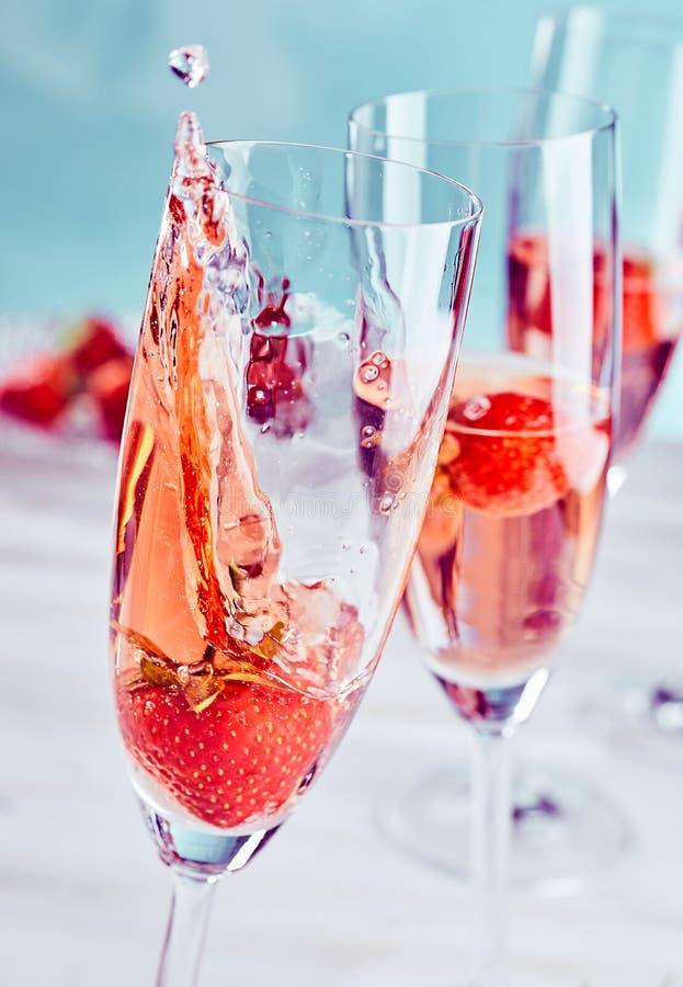 Champagne e respingo da morango foto de stock