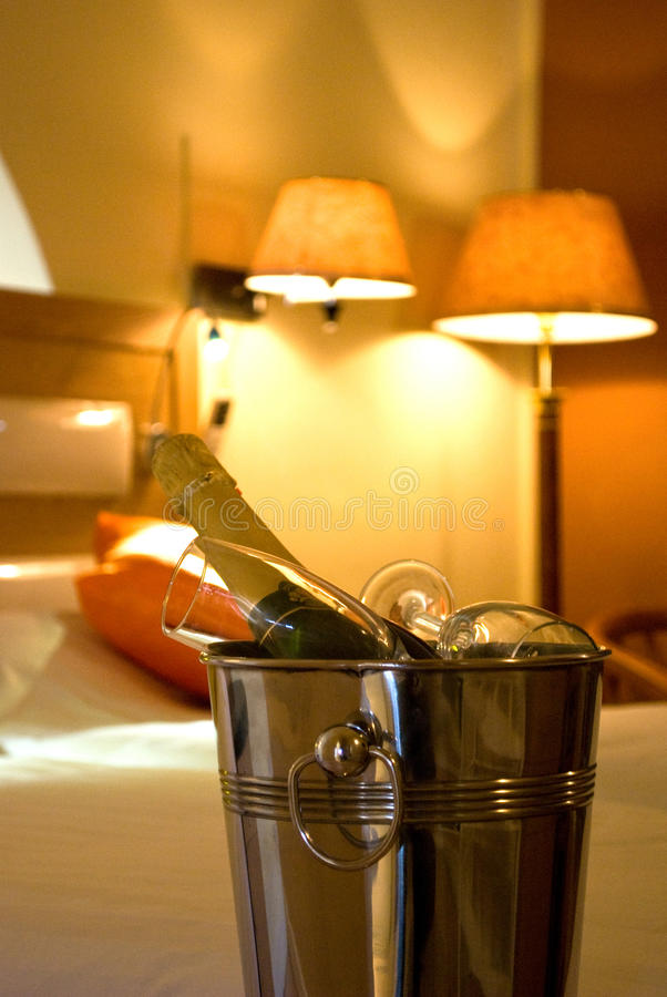 Champagne e vetro in una camera di albergo immagine stock libera da diritti