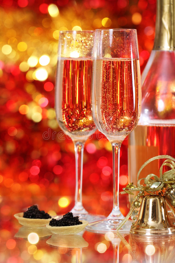 Champagne em dois vidros e no caviar preto imagens de stock
