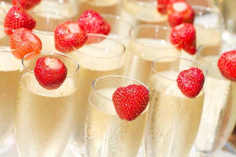 Champagne en aardbei stock afbeelding