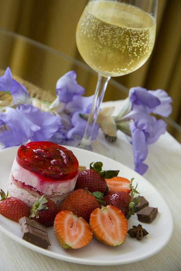 Champagne en aardbeidessert royalty-vrije stock fotografie