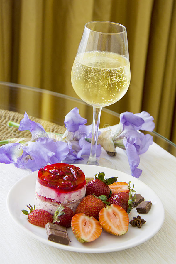 Champagne en aardbeidessert stock fotografie