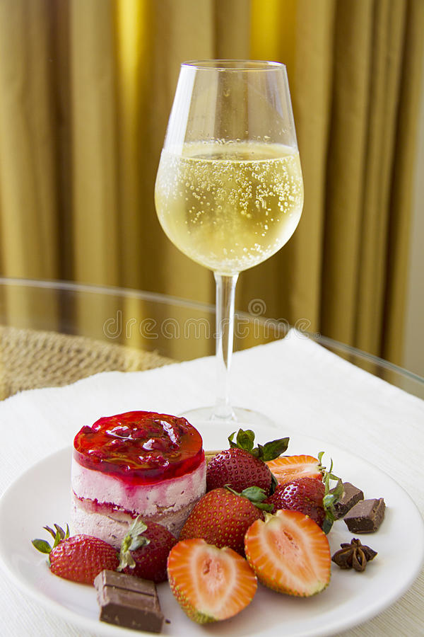 Champagne en aardbeikaastaart royalty-vrije stock afbeelding