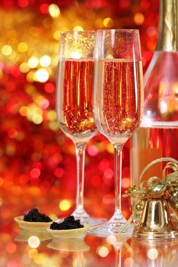 Champagne en deux glaces et caviar noir images stock