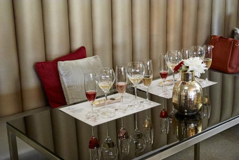 Champagne et nougat d'échantillon de vin mousseux images libres de droits