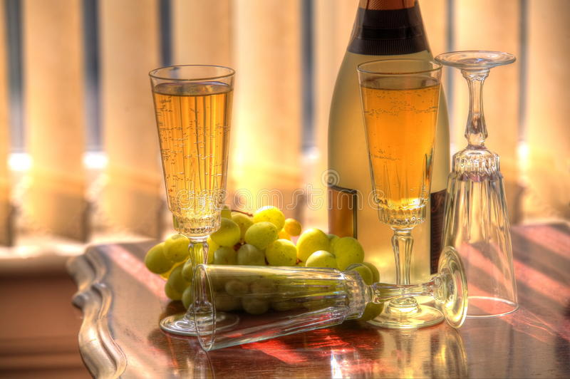 Champagne et raisins images stock