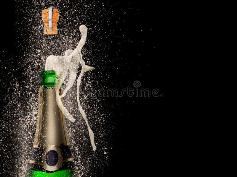 Champagne-explosie op zwarte achtergrond royalty-vrije stock afbeelding
