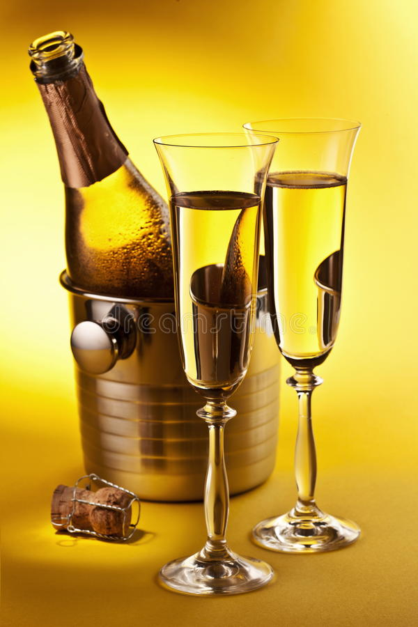 Champagne-Flasche und Gläser stockbilder