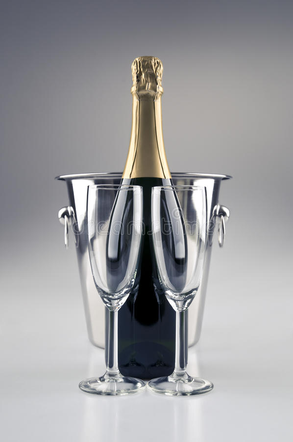 Champagne-Flasche und Kühler stockbild