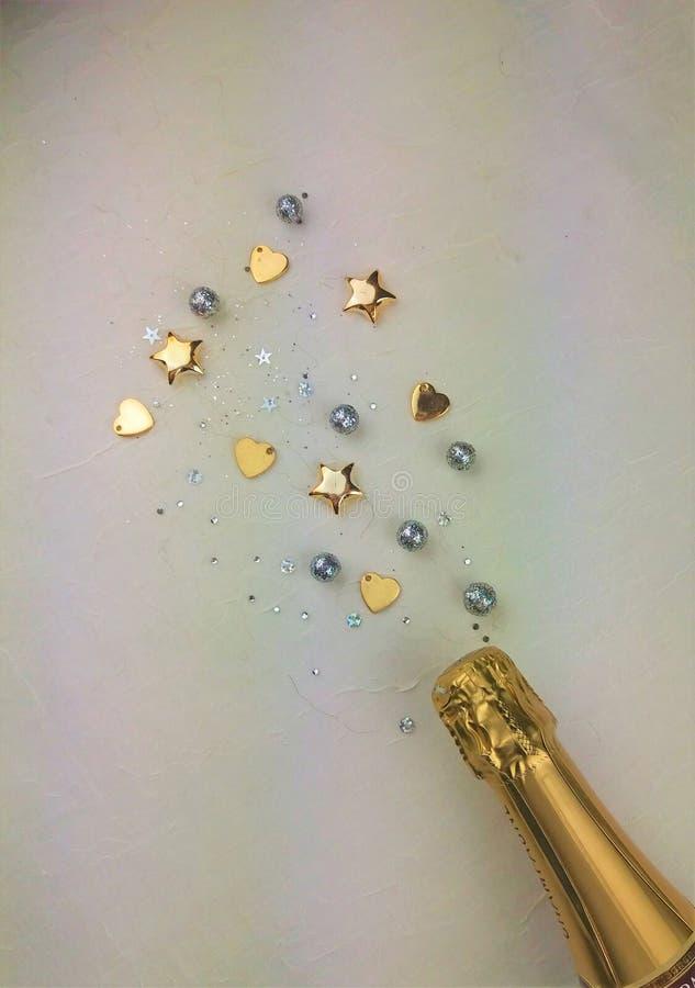Champagne-fles met confettien stock foto