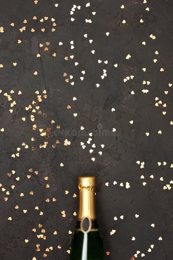 Champagne-fles met kleurrijke partijconfettien royalty-vrije stock fotografie