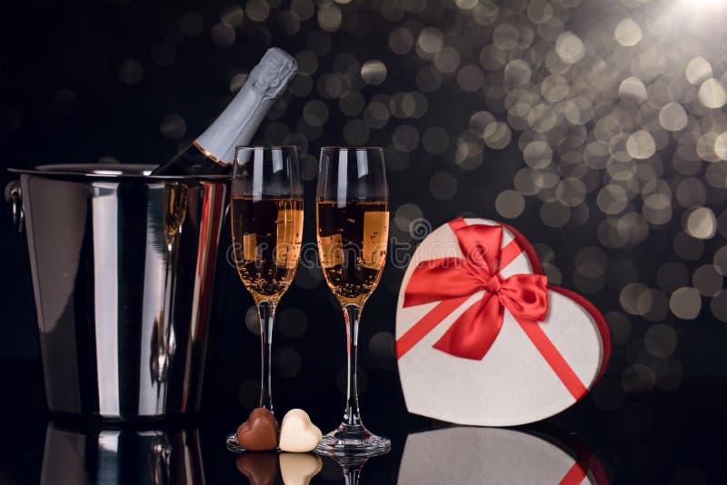 Champagne-fles, twee wijnglazen en chocoladehart royalty-vrije stock foto