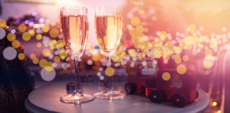 Champagne-fluiten met Kerstmisdecoratie op lijst royalty-vrije stock afbeelding