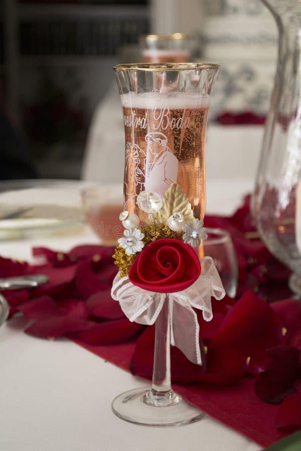 Champagne Flute mit unserer Hochzeit auf spanisch lizenzfreie stockbilder