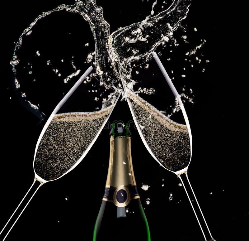Champagne Flutes på svart bakgrund arkivbild