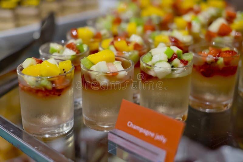 Champagne-Geleebelag mit frischen Früchten - Cocktails stockfotos