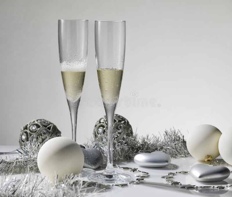Champagne-Gläser betriebsbereit, in das neue Jahr zu holen lizenzfreies stockbild