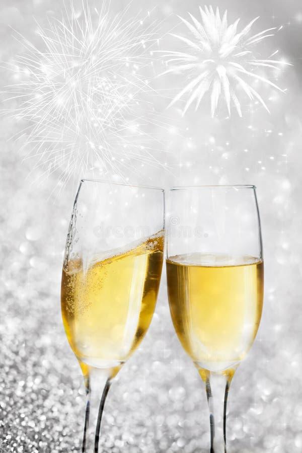 Download Champagne-Gläser Gegen Lichterkette Und Feuerwerke Stockbild - Bild von luftblasen, fälle: 47100177