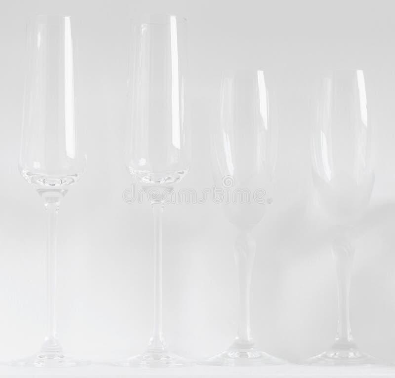 Champagne-Gläser und -flöten gegen einen weißen Hintergrund Minimaler schwacher Kontrast weiß auf weißem Konzept lizenzfreie stockfotografie
