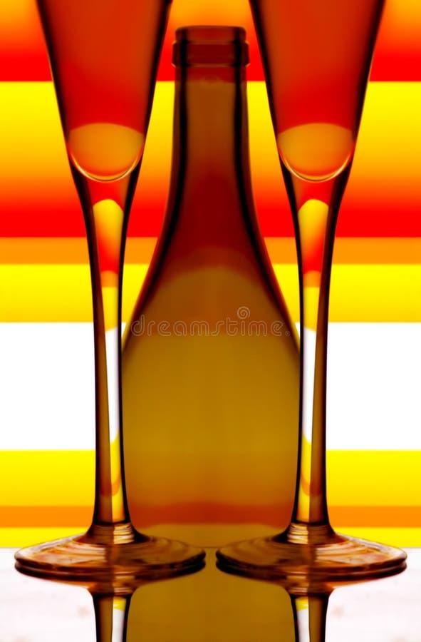 Champagne-Gläser und Flasche stockfotos