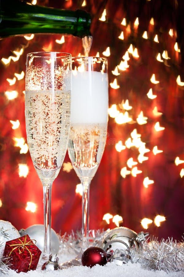 Champagne-Gläser und Weihnachtsdekoration lizenzfreie stockbilder