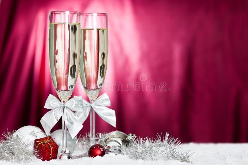 Champagne-Gläser und Weihnachtsdekoration stockbild