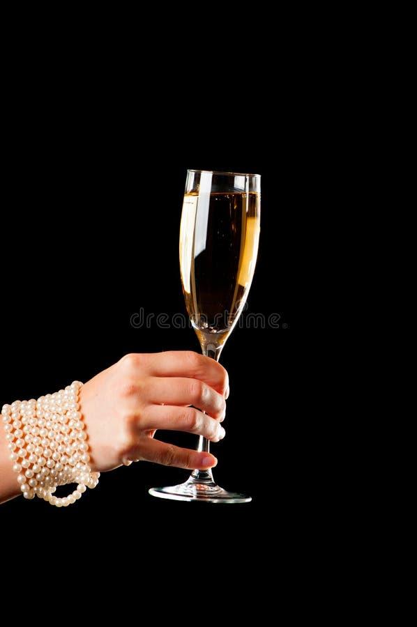 Champagne-Glas in der weiblichen Hand stockbild