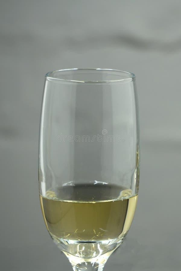 Champagne-Glas mit Blasen auf weißem Hintergrund stockfoto