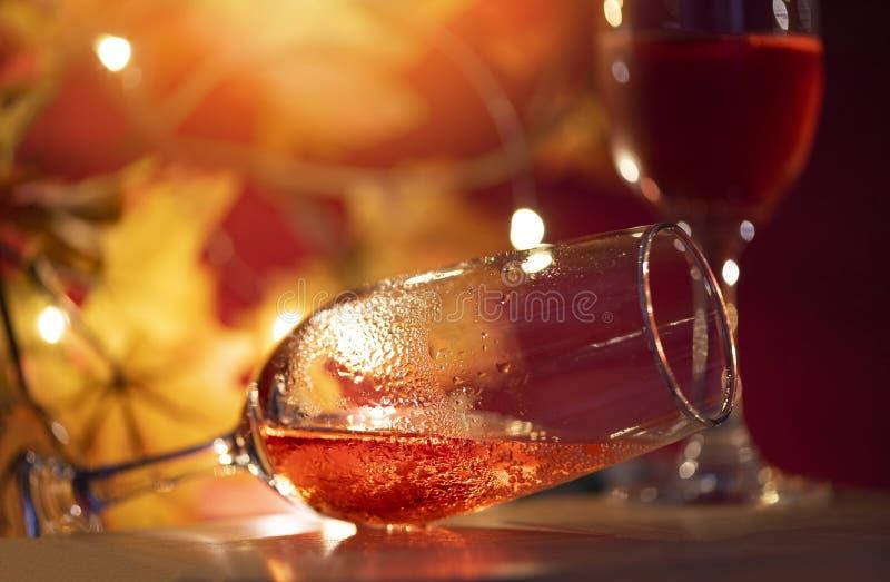Champagne-glas op lijst tegen vage lichtenachtergrond - perspectief van glashelder wijnglas voor nachtpartij op royalty-vrije stock fotografie