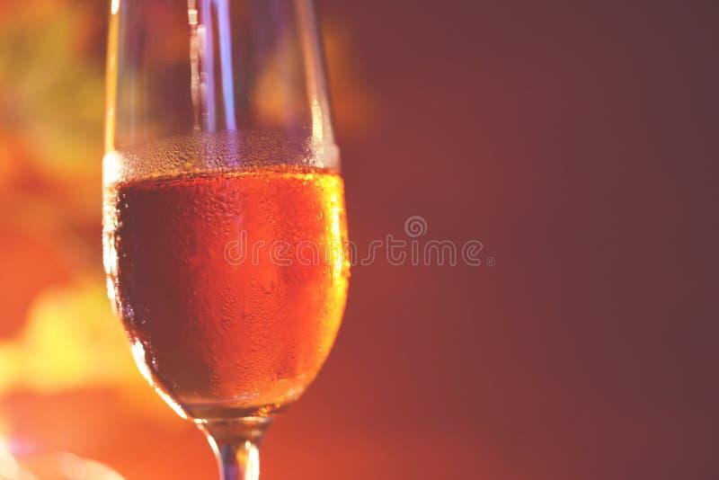 Champagne-glas op lijst tegen vage lichtenachtergrond - perspectief van glashelder wijnglas voor nachtpartij op royalty-vrije stock foto