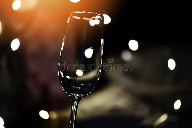 Champagne-glas op lijst tegen vage lichtenachtergrond - perspectief van glashelder wijnglas voor nachtpartij op royalty-vrije stock foto's