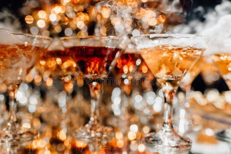 Champagne Glasses com fumo do efeito especial fotos de stock