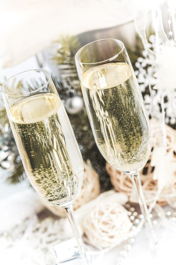 Champagne Glasses com Natal/ano novo foto de stock royalty free