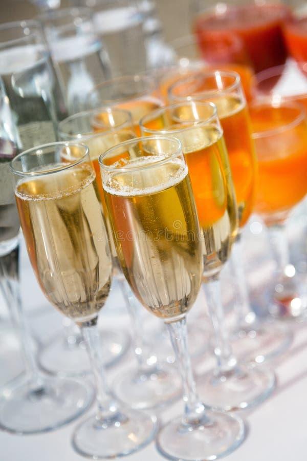 Champagne Glasses e bebidas na tabela foto de stock