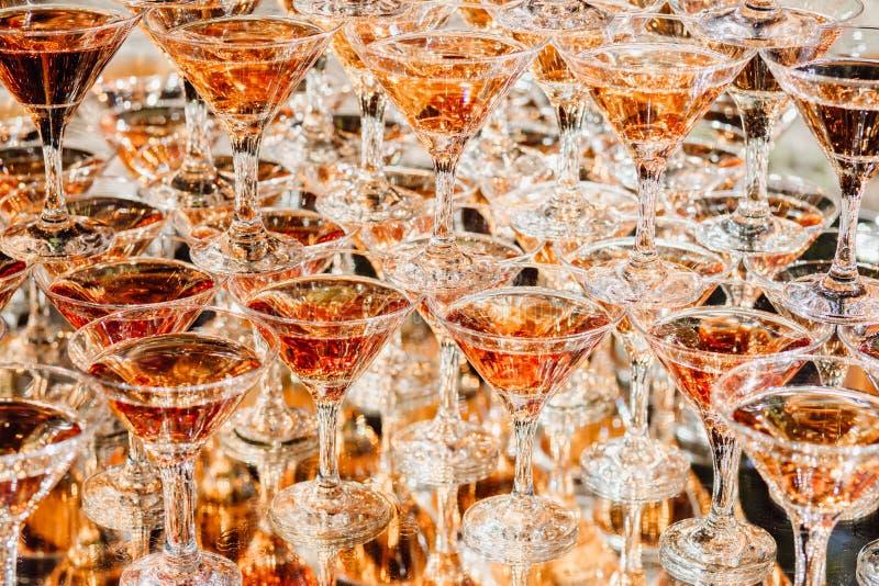 Champagne Glasses Standing brilhante na torre no partido fotos de stock