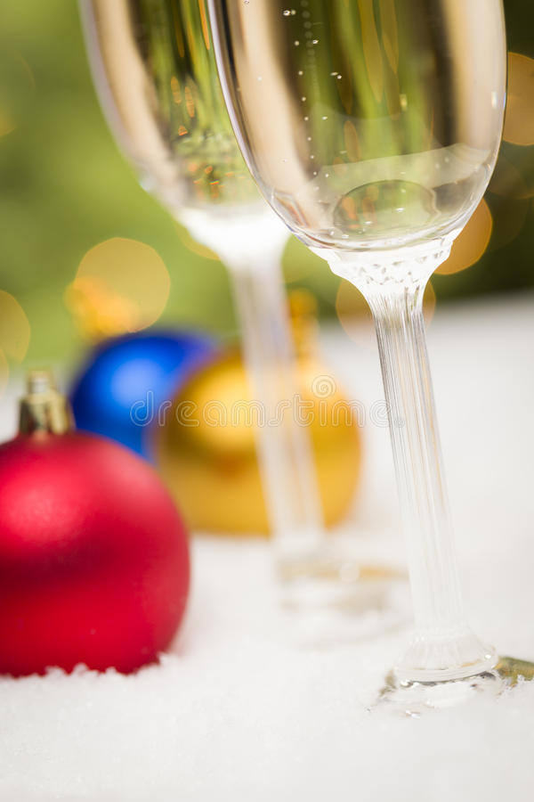 Champagne Glasses- und Weihnachtsverzierungen auf Schnee stockbilder