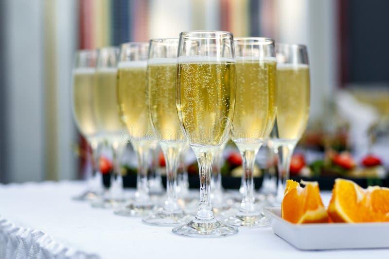 Champagne-glazen die op een partij worden gediend royalty-vrije stock fotografie