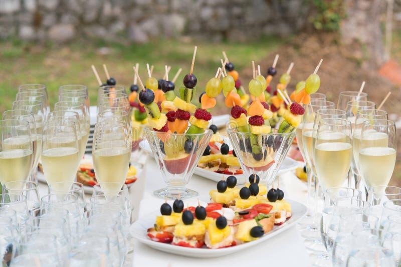 Champagne-glazen en diverse snacks voor consumptie na de huwelijksceremonie royalty-vrije stock afbeelding