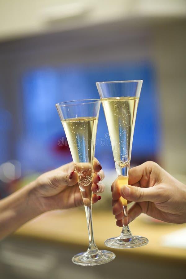 Champagne-glazen in man en vrouwenhanden stock foto's