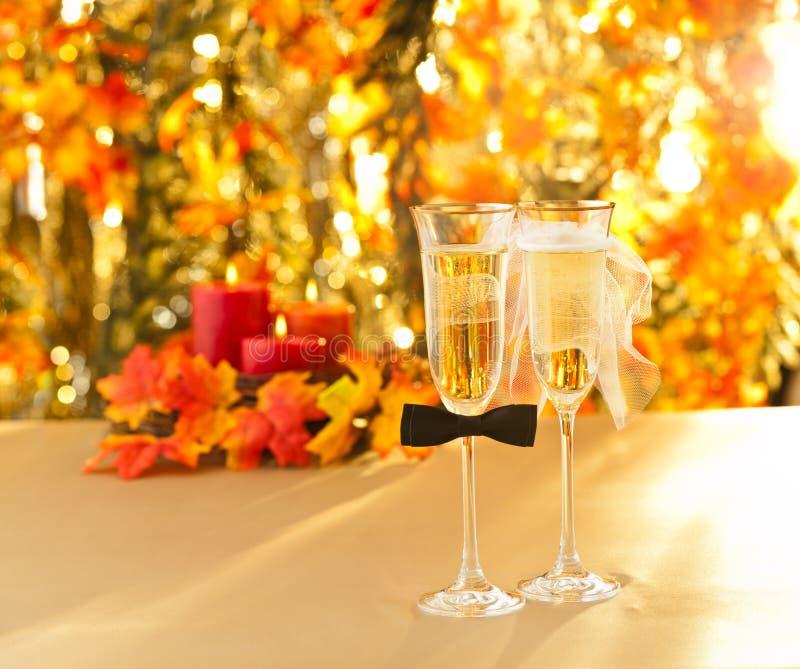 Champagne-glazen met conceptuele heteroseksuele decoratie stock foto's