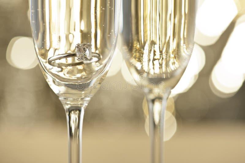 Champagne-glazen met overeenkomstenjuwelen royalty-vrije stock foto's