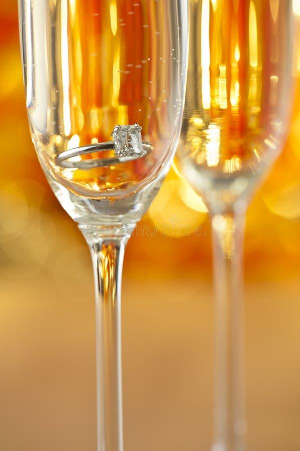 Champagne-glazen met overeenkomstenjuwelen stock fotografie