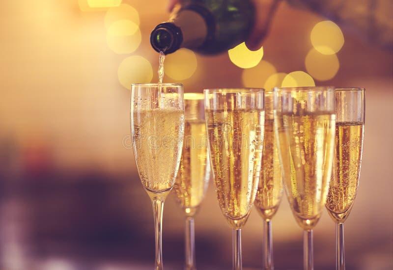 Champagne-glazen op gouden achtergrond Champagne met vliegende ballons en geïsoleerde santahoed stock fotografie