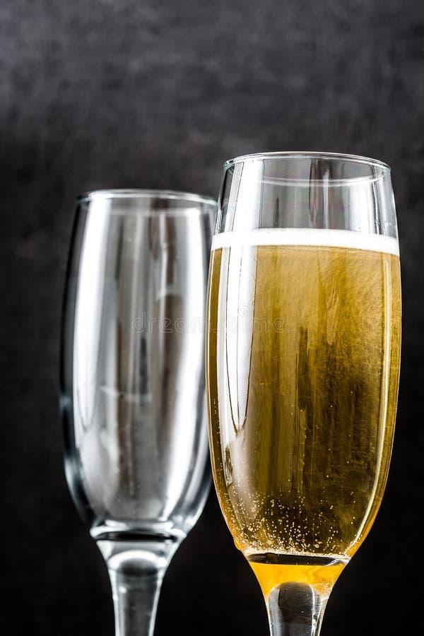 Champagne-glazen op zwarte achtergrond stock afbeeldingen
