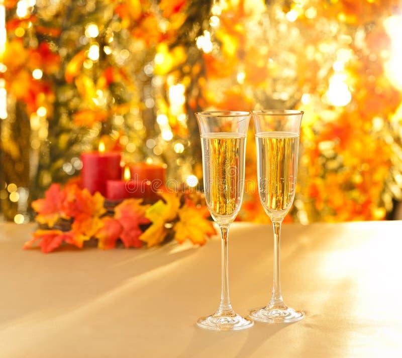 Champagne-glazen voor ontvangst voor de herfstachtergrond stock afbeeldingen