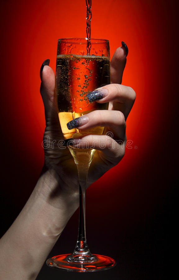 Champagne ha versato dentro al vetro fotografia stock