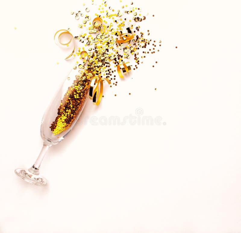 Champagne-het glas met gouden schittert op roze achtergrond flatlay De ruimte van het exemplaar royalty-vrije stock foto