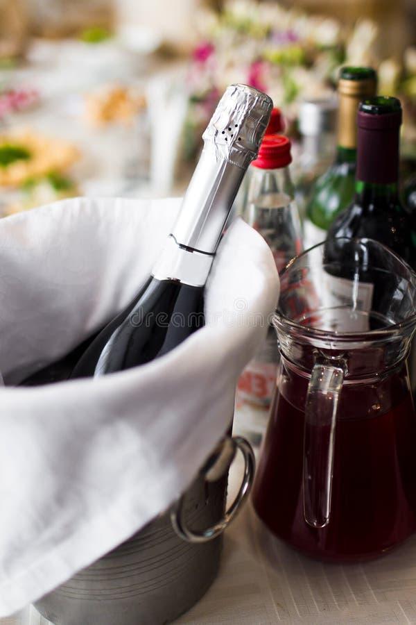 Champagne i en is ösregnar royaltyfria bilder