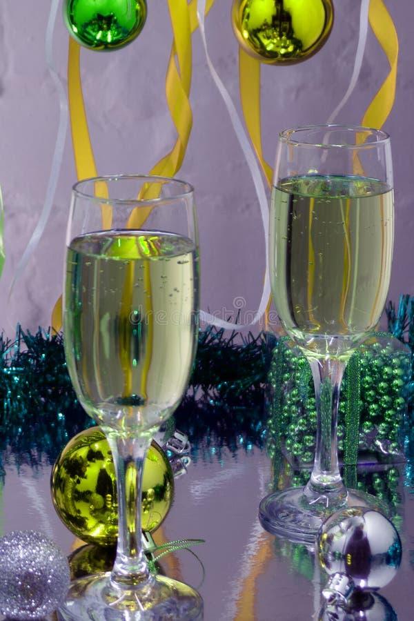 Champagne i exponeringsglas, gåvaaskar, stearinljusljus och glimt tänder på bakgrund arkivbilder