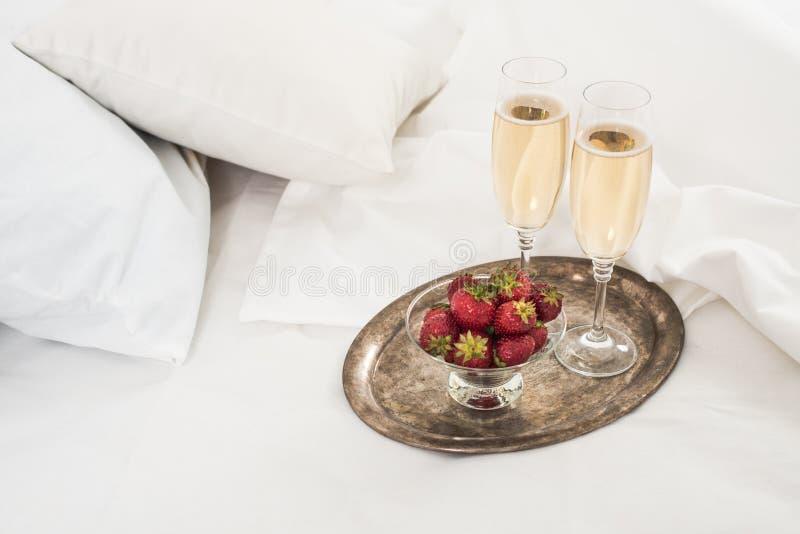 Champagne im Bett lizenzfreies stockbild